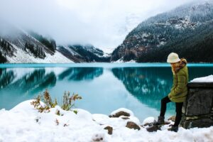 Immagine-di-ragazza-che-guarda-il-paesaggio-Gogo-TRAVEL