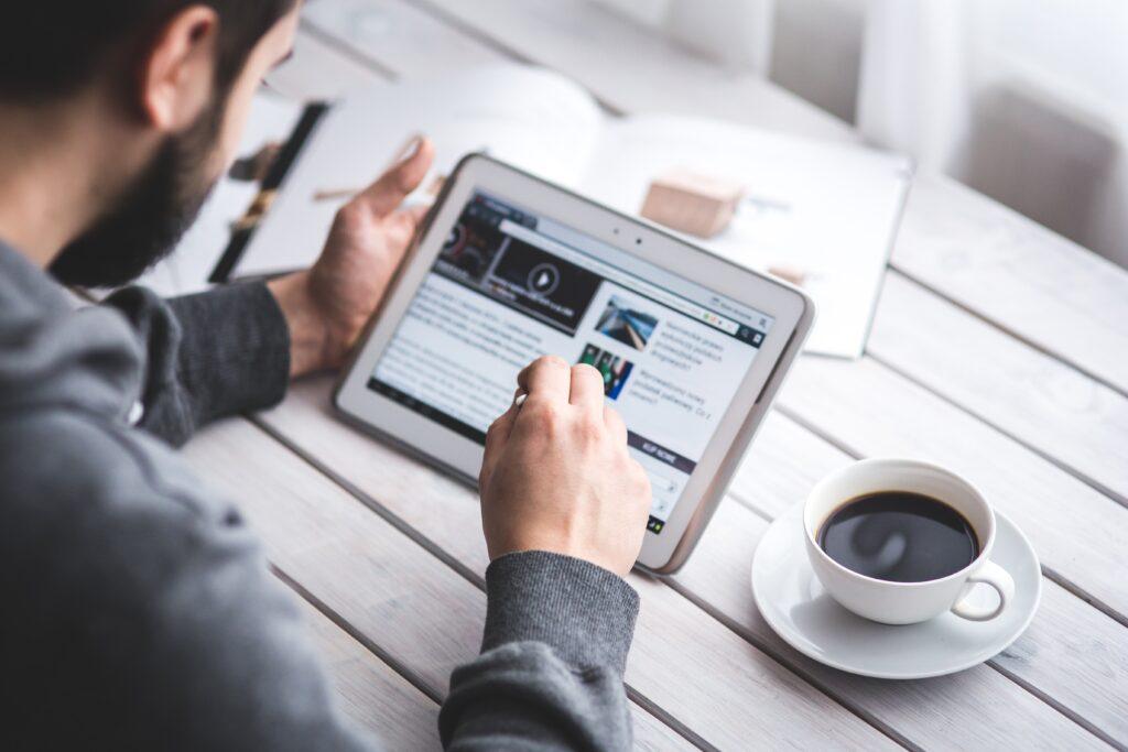 Immagine-tablet-con-news-di-finanza-privata